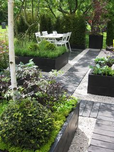 Urban Garden Design 7 Different Ways to Design a Simple Garden Walkway Back Gardens, Small Gardens, Outdoor Gardens, Gravel Garden, Garden Paths, Gravel Pathway, Pea Gravel Patio, Garden Edging, Design Jardin