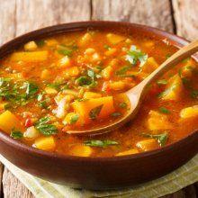 Cómo hacer sopa de lenteja, tocino y plátano macho, ¡alta en proteína! Easy Vegetarian Curry, Vegetarian Recipes, Healthy Recipes, Slow Cooker Recipes, Cooking Recipes, Bosnian Recipes, Steamed Green Beans, Food Garnishes, Onions