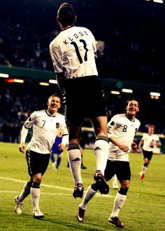 5dd71bc3e672 Bastian Schweinsteiger and Mesut Özil watching Miroslav Klose to take off