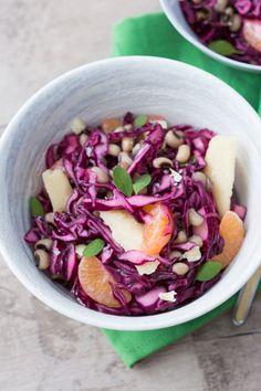 Insalata di cavolo cappuccio: un mix di ingredienti autunnali per un pranzo gustoso e leggero.  [Headed cabbage salad with beans, tangerine and honey]