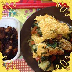Groenteovenschotel broccoli bloemkool spitskool spinazie vega spekkies en voor de omnivoor leftover gehaktballetjes en spareribs