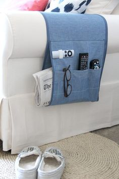 Sew A Gift How to sew an easy arm chair remote holder with this DIY sewing tutorial. - How to sew an easy arm chair remote holder with this DIY sewing tutorial. The perfect fabric remote caddy to help you never lose your remote control again! Diy Sewing Projects, Sewing Projects For Beginners, Sewing Hacks, Sewing Tutorials, Sewing Crafts, Sewing Patterns, Sewing Tips, Diy Gifts Sewing, Sew Gifts