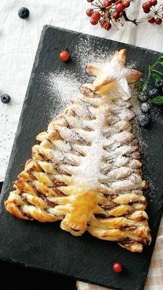 Receta con instrucciones en video: En sólo 3 pasos tendrás un excelente postre para la cena de Navidad Ingredientes: 2 hojas de hojaldre, 50 gr. de nutella, 30 gr. de almendras en cubitos, 1 yema de huevo