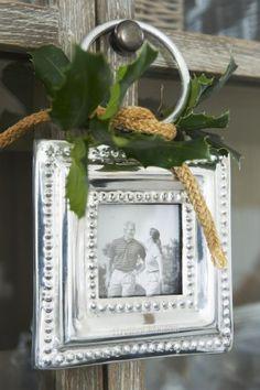 Fotolijstje van Riviera Maison voor in de kerstboom. Dit mooie landelijke fotolijstje is van Riviera Maison. Door het handige ophangoogje hang je het lijstje zo aan de kast of in je kerstboom. Riviera Maison