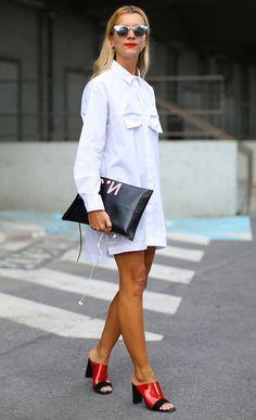 Street style look com camisa vestido e mule vermelha.