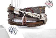 Armband gewickelt taupe aus Leder und Stoff kombiniert & silbernem Anhänger Wickelarmband für Frauen