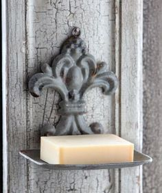 """The vintage style hanging soap holder would be a perfect addition to your bathroom or beside your kitchen sink. Made of tin Dimensions: 6"""" x 5"""" H each ähnliche tolle Projekte und Ideen wie im Bild vorgestellt findest du auch in unserem Magazin . Wir freuen uns auf deinen Besuch. Liebe Grüße"""