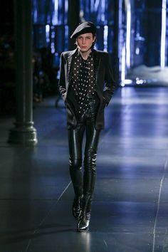 """サンローラン(Saint Laurent)の2015-16秋冬メンズコレクションは、18番の極細のスキニーシルエットの中に、フレンチの要素を盛り込んだ""""フレンチ・ロック""""なスタイルだ。モデルが登場する..."""