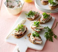 Crostini met gerookte kip en voorjaarskruiden - Recept - Jumbo Supermarkten