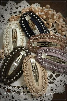 O * Chouette image Crochet Hair Clips, Crochet Belt, Crochet Headband Pattern, Crochet Hair Styles, Thread Crochet, Crochet Doilies, Crochet Earrings, Needle Tatting, Tatting Lace