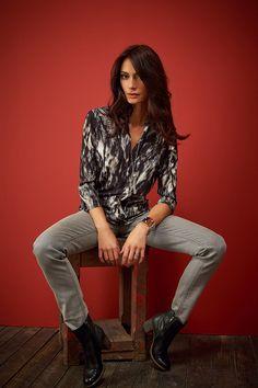 Faites perdurer votre look Gipsy rock avec IBERE, la blouse noire et grise aux motifs plumes tribale  #mode#elora#elorabygf#blouse#gypsy#gypset#rock#imprimé#cuir#pantalon#plume#tribale