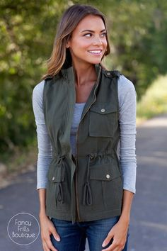 Fall Cargo Vest Cargo vest, a fall wardrobe must have! Add extra pop to any outfit! Outfits Mujer, Vest Outfits, Casual Outfits, Fall Winter Outfits, Autumn Winter Fashion, Casual Winter, Winter Dresses, Zoo Outfit, Pretty Outfits