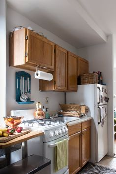 4 Pro Designers Share Their Best Tricks for Improving a Rental Kitchen — Rental Kitchen Solutions Apartment Hacks, Apartment Kitchen, Apartment Living, Apartment Therapy, York Apartment, Apartment Interior, Cool Apartments, Rental Apartments, Rustic Kitchen