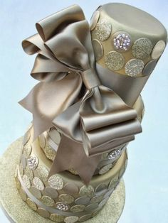 Champagne wedding cake ~ This is really quite pretty and sophisticated. Love the metallic silver and gold together. ᘡηᘠ