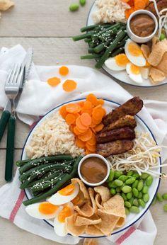 Een heerlijk, vegetarisch recept. Deze gado gado bowl met rijst, ei, groenten en nog veel meer lekkers zet je binnen 30 minuten (!) al op tafel. Ideaal voor de drukke doordeweekse dagen. Lekker, makkelijk én gezond.