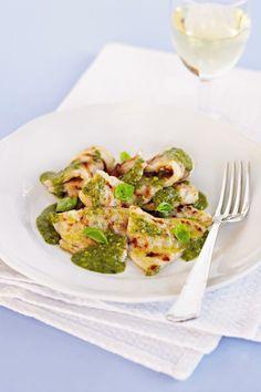 Se cerchi un tipico primo piatto toscano che sia semplice, genuino e gustoso, prova la ricetta dei testaroli al pesto proposta da Sale&Pepe.