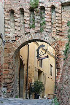 Toscana Pisa Lari Porta Pisana o Maremmana, Italy Cupressus Sempervirens, Country Backgrounds, Tuscany Landscape, Regions Of Italy, Beautiful Streets, Tuscany Italy, Places To Go, Arches, Bridges