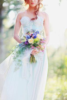 Tropfenbrautstrauß mit frisch gepflückten Blumen-Accessoires für die Braut
