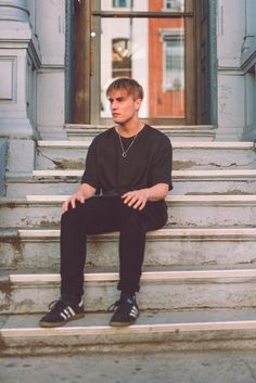 Sam Fender in New York's East Village - pic Sara Feigin Men's Fashion, Indie Fashion, Fashion Dresses, Indie Boy, Emo Outfits, Summer Outfits, Boris Johnson, Blonde Wig, Music People