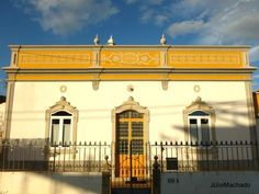 Casa algarvia construída em 1931 Portugal, Algarve, Louvre, House Styles, Building, Places, Travel, Home Decor, Traditional Homes
