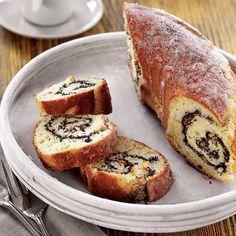 Vanilya ve haşhaş tohumlu girdap kek 400 g un 7 g instant maya 50 g pudra şekeri 100 ml ılık süt 3 yumurta 150 g eritilmiş tereyağı Haşhaşlı dolgusu için 100 g iri çekilmiş badem 140 g mavi haşhaş tohumu 100 g yumuşak tereyağı 1 tatlı kaşığı vanilya 4 yemek kaşığı bal Glazür için 85 g pudra şekeri 2 tatlı kaşığı vanilya  Büyük bir karıştırma kabına, un, şeker, tuz, maya, süt ve yumurtayı koyun. Mikser ile pürüzsüz bir kıvam alana kadar çırpın. Karışımı yağlanmış temiz bir kaba aktarın…