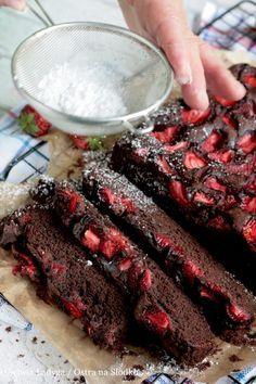 NAJLEPSZE NA ŚWIECIE CIASTO CZEKOLADOWE Z TRUSKAWKAMI - BEZ JAJEK / WEGAŃSKIE Baking Recipes, Cake Recipes, Dessert Recipes, Best Chocolate Cake, Strawberry Cakes, Sweet Cakes, Food Cakes, How Sweet Eats, Healthy Baking