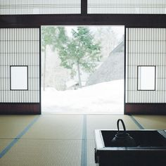 日本家屋、畳、障子/Japanese room with open hearth Traditional Japanese House, Japanese Modern, Japanese Interior, Japanese Design, Japanese Style, Japanese Culture, Japanese Homes, Japanese Aesthetic, Japanese Gardens