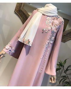 A modern take on a tradition outfit Iranian Women Fashion, Islamic Fashion, Muslim Fashion, Modest Fashion Hijab, Abaya Fashion, Pakistani Dress Design, Pakistani Dresses, Indian Dresses, Hijab Evening Dress