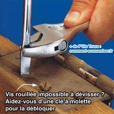 Aidez-vous d'une clé à molette  pour débloquer une vis rouillée