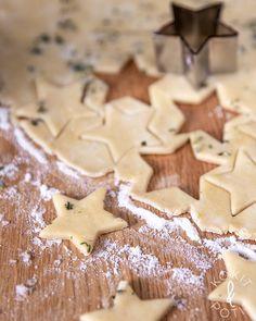 Yrttiset suolakeksit   Kokit ja Potit -ruokablogi No Bake Desserts, Gingerbread Cookies, Malli, Baking, Food, Bebe, Gingerbread Cupcakes, Bakken, Essen