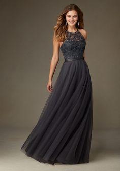 Ein hübsches Abendkleid aus chiffon mit spitze