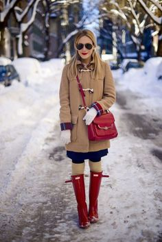 Katie Manwaring wears tall red Hunter boots and a camel coat for a snow day in New York City. Preppy winter outfit with red accents. Preppy Winter Outfits, Warm Outfits, Stylish Outfits, Red Hunter Boots, Hunter Boots Outfit, Hunter Winter Boots, Cold Weather Fashion, Cold Weather Outfits, Fashionable Outfits