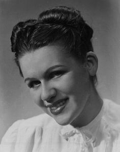 A lovely 1940s center parted updo. #vintage #1940s #hair