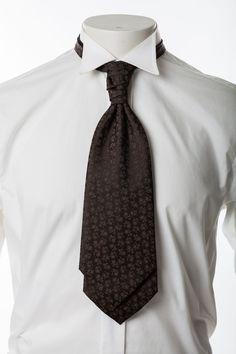 Plastron mit Einstecktuch      Edles, dunkelbraunes Krawattenbindetuch mit dezentem Streumuster, vorgebunden     Halsweite verstellbar mit Klettverschluss     Einstecktuch im Set     Passende Weste im Shop
