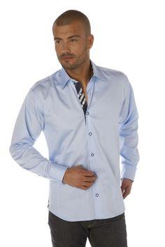 Chemise homme bleu ciel unie inédite avec son tissu madras bleu marine le long de la patte de boutonnage et à l'intérieur du col et des poignets, vous confèrant un look classique et élégant.