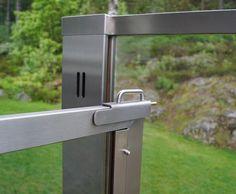 Glassrekkverk og glassport. Sonate En fra Forefence med klart glass og syrefast stål.  PhotoYM-ylvameltvedt