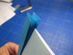 Seguimos con la cuarta entrega. Lo habíamos dejado con los agujeros hechos y vamos a empezar a coser las escartivanas a los cuadernillos. ...