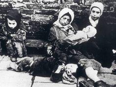 1943 warten Kinder in Theresienstadt auf den Transport nach Auschwitz. - Foto: picture-alliance / Mary Evans Picture Library