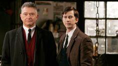 Rikoskomisario George Gentlyn (Martin Shaw, vas.) apuna työskentelee nuori ylikonstaapeli John Bacchus (Lee Ingleby).