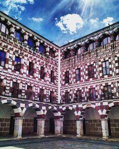 Y la arquitectura que hay es supersosa y plana y no dice nada. Cero original.   30 razones por las que nadie debería ir jamás a Extremadura