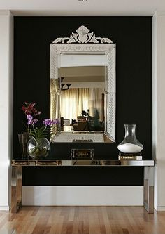 Espelho no corredor do apê.
