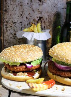 Hamburger gibt es in sehr vielen Varianten. Das Rezept für die Patties habe ich immer wieder verändert und so finde ich es perfekt. Wie immer vegan.