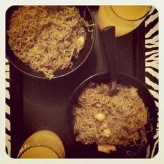 Bifum: macarrão oriental, feito de arroz, com  legumes, frango e carne.