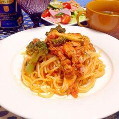 お夕飯  ブロッコリーとツナのトマトバジルスパゲティ  サラダ  野菜スープ  たまには、ビール  ダンナさんは、今日はお仕事遅そうだなぁ。 - 10件のもぐもぐ - ツナとブロッコリーのトマトバジルスパゲティ by chihiroish95Z