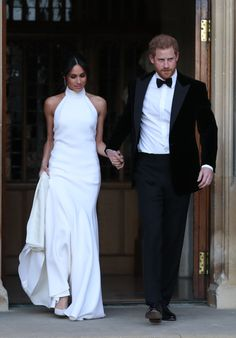 Just as you thought the royal wedding was over, there was more! Newlyweds Meghan Markle and Prince Harry did a quick outfit change for their evening reception. The Prince wearing a black tuxedo and the bride wore Stella McCartney. Prince Harry Wedding, Harry And Meghan Wedding, Harry Et Meghan, Meghan Markle Prince Harry, Prince Harry And Megan, Second Wedding Dresses, Wedding Gowns, Backless Wedding, Bridal Gowns