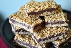 Unbaked bars with oatmeal and chocolate are a tasty dessert, healthy and easy to do.