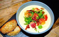 Få varmen med en lækker jordskokkesuppemed rødbedechips, bacon & brøndkarse.
