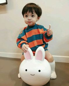 baby ulzzang A imagem pode conter: 1 pessoa - baby Cute Baby Boy, Cute Little Baby, Little Babies, Cute Asian Babies, Korean Babies, Asian Kids, Cute Babies Photography, Children Photography, Hand Photography