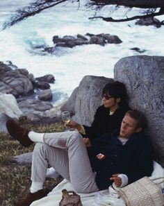 A Sunday picnic with an abundance of wine by the coast. 🍷🥖 Steve McQueen and his wife Neile Adams in Carmel by the Sea, California in I love Steve's Ivy style and especially his shawl collar cardigan with leather buttons. Photograph by William Claxton Classic Hollywood, Old Hollywood, Hollywood Actresses, William Claxton, Steve Mcqueen Style, Steve Mcqueen Wife, Style Année 60, Style Icons, Ivy Style