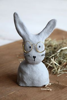 DIY: Baste with glasses made of modeling clay - Modeling compound ideas – concrete rabbit: Easter decoration is easy with modeling compound. Clay Crafts For Kids, Diy For Kids, Easter Art, Easter Crafts, Polymer Clay Crafts, Diy Clay, Easter Table Decorations, Air Dry Clay, Clay Projects